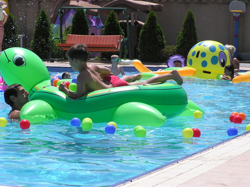 Отдых с детьми в бассейне отеля Апельсин